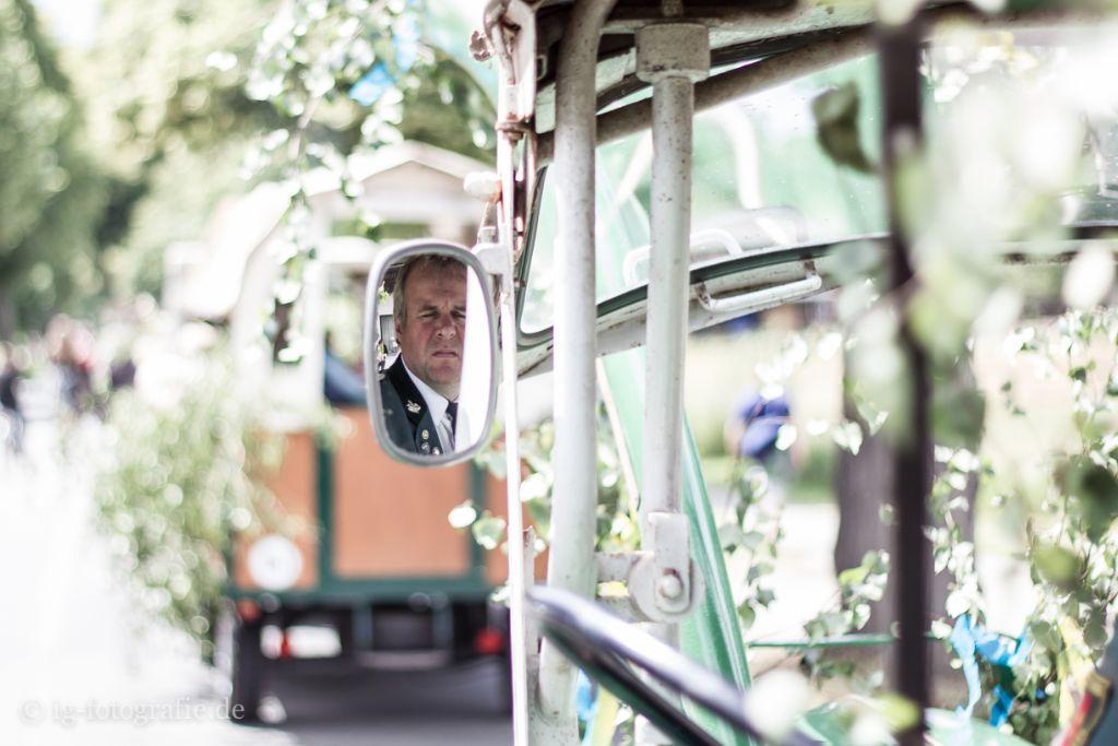 Kinderschuetzenfest Gartow: Trecker ziehen Festwagen