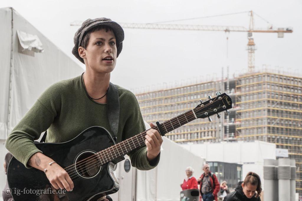 Straßenmusikerin fotografiert mit der Sony-ILCE-QX1 Smart Shot und einem Sony SEL 16-50/3,5-5,6 Objektiv