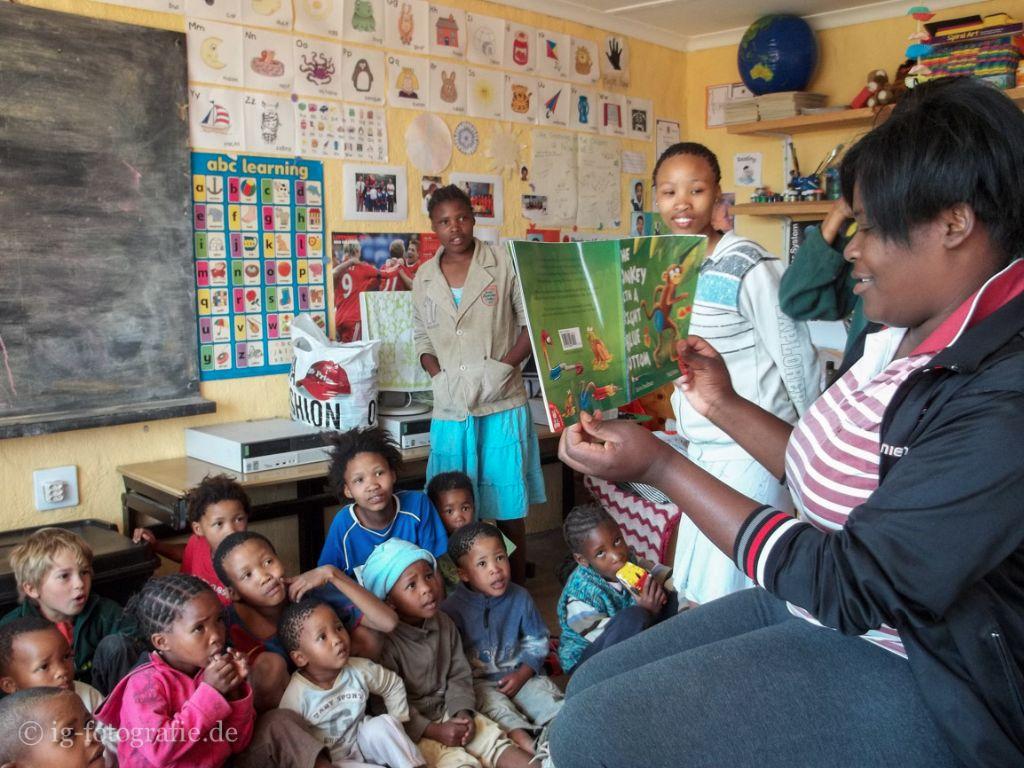 Die San Kinder der Bushmen in der Schule